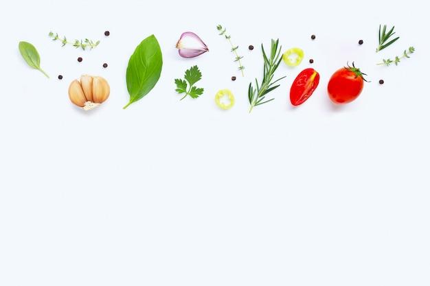 Verschiedenes frischgemüse und kräuter auf weißem hintergrund. gesundes essenkonzept