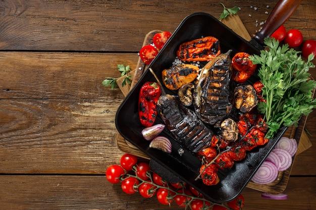 Verschiedenes gemüse für das kochen auf einer grillwanne auf einem draufsicht-kopienraum des hölzernen hintergrundes