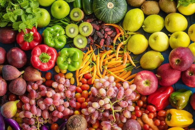 Verschiedenes gemüse organisch, draufsicht verschiedene frische obst und gemüse für gesunden lebensstil
