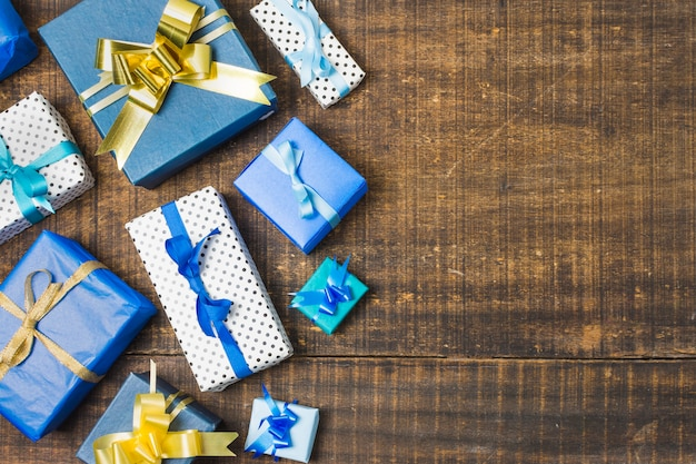 Verschiedenes geschenk verpackt eingewickelt und mit bändern über alter verwitterter tabelle verziert
