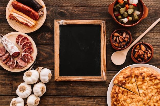 Verschiedenes lebensmittel und löffel um tafel