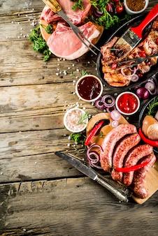 Verschiedenes rohes fleisch bereit zum grill und zum grillen