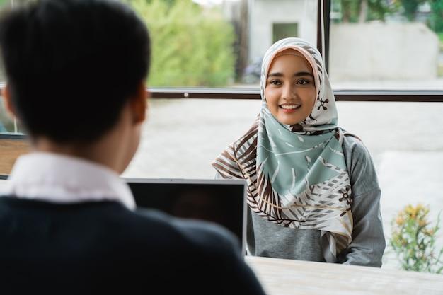 Verschleierte frauen, die vom eigentümer des unternehmens als neue mitarbeiterin interviewt wurden