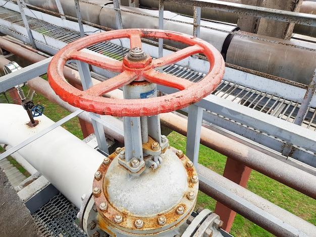 Verschließen oder öffnen für gas- oder wasserversorgung durch eine rohrleitung