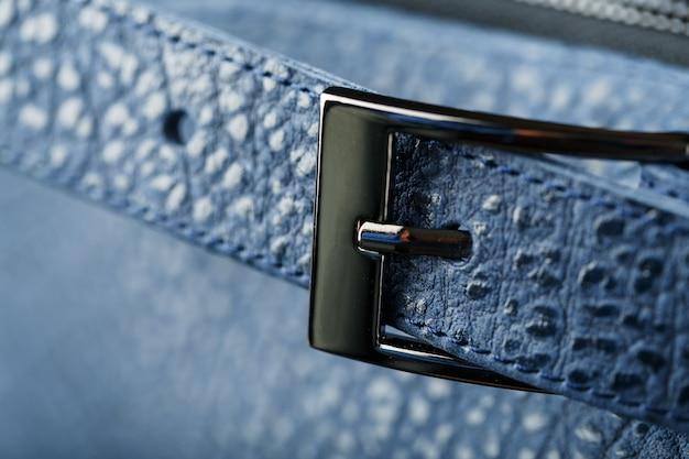 Verschluss- und schnallennahaufnahme, elemente eines blauen rucksacks aus echtem leder auf dunkelheit