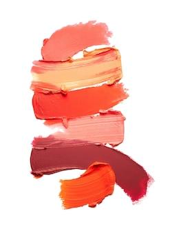 Verschmierter mehrfarbiger matter lippenstift lokalisiert auf weißem hintergrund