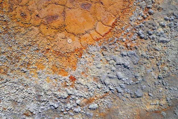 Verschmutzter landhintergrund von verlassener mine raue textur mit chemikalien und rostigem getrocknetem pool