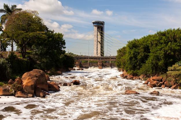 Verschmutzter tiete fluss in salto stadt - watterfall turistc komplex park
