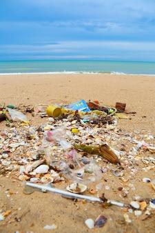 Verschmutzung am strand des tropischen meeres.