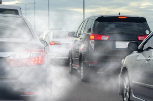 Verschmutzung durch fahrzeugabgase in der stadt