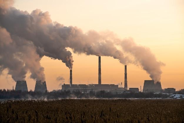 Verschmutzung und rauch von schornsteinen der fabrik oder des kraftwerks