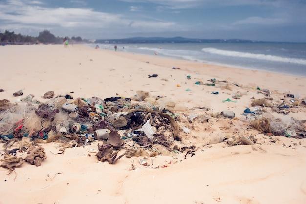 Verschmutzungen und müll im meer und am strand
