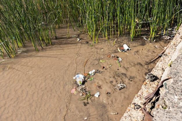 Verschmutzungskonzept von wasser mit müll