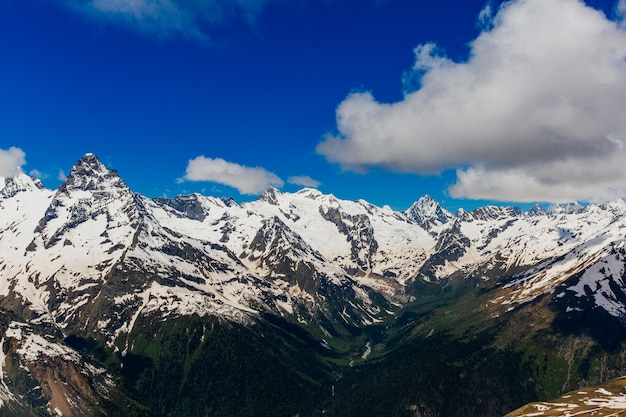 Verschneite berge. schöne landschaft der berge und des blauen himmels