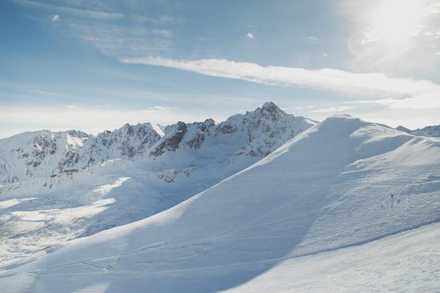 Verschneite pisten in den winterbergen. skigebiete