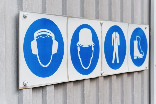 Verschreibungspflichtige sicherheitszeichen und poster für persönliche schutzausrüstung bei der arbeit