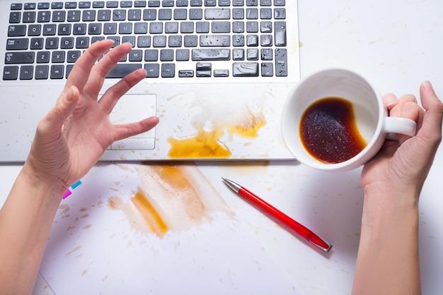 Verschütten sie kaffee auf einer computertastatur Premium Fotos