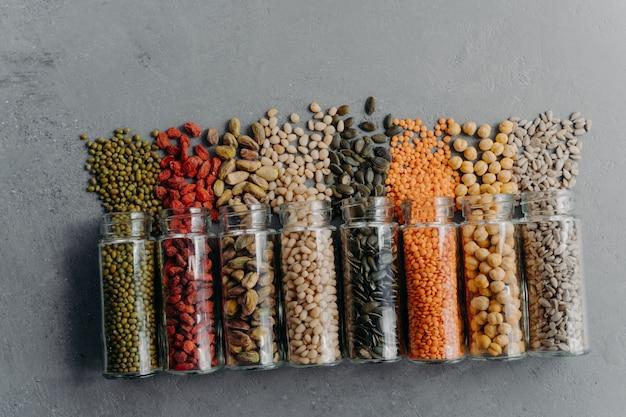Verschüttete bio-produkte in glasbehältern