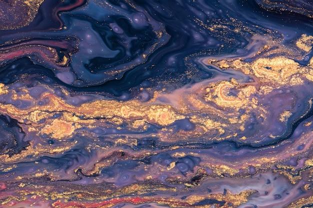 Verschüttete lila, blaue und goldene acrylfarbe. flüssiges marmormuster
