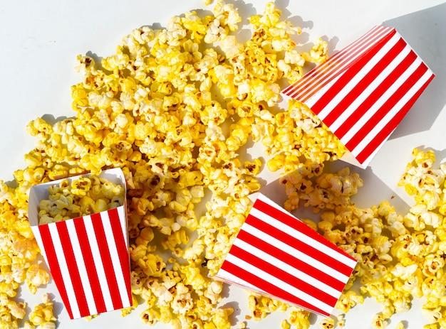 Verschüttete schachteln mit goldenem popcorn