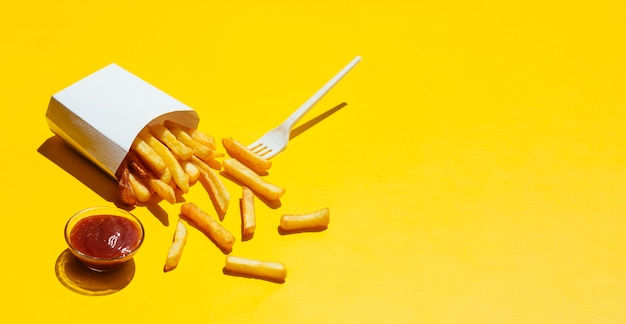 Verschütteter kasten pommes-frites mit ketschup