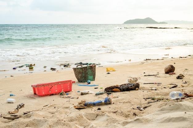 Verschütteter müll am strand
