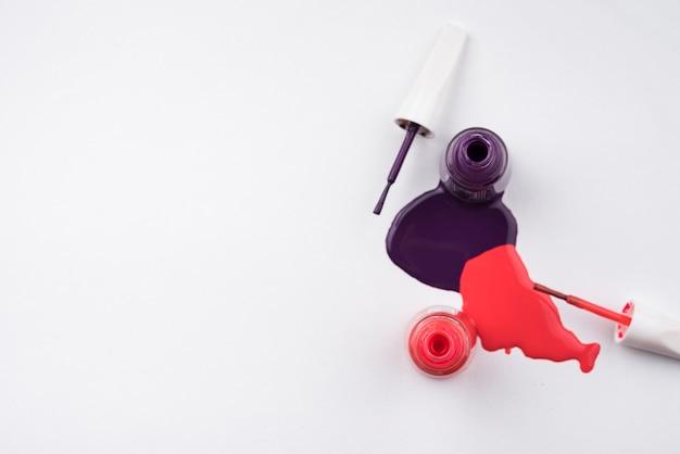 Verschütteter nagellack mit kopienraum