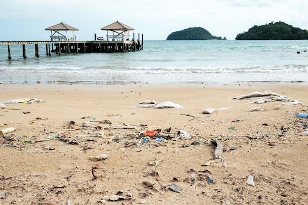 Verschüttetes plastik am strand. ökologisches problemkonzept