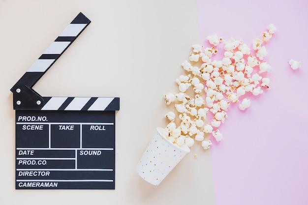 Verschüttetes popcorn und filmklappe