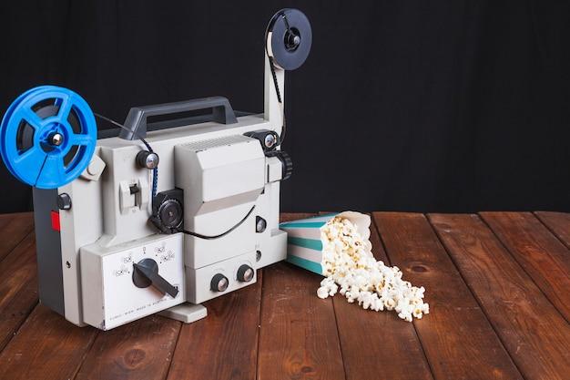 Verschüttetes popcorn und filmprojektor