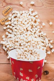 Verschüttetes knusperiges Popcorn auf Tabelle
