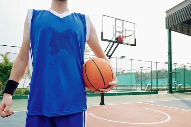 Verschwitzter basketballspieler