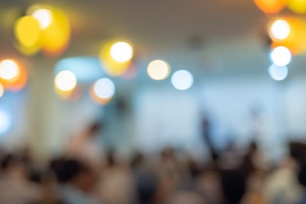 Verschwommen die teilnehmer der besprechung und der konferenz