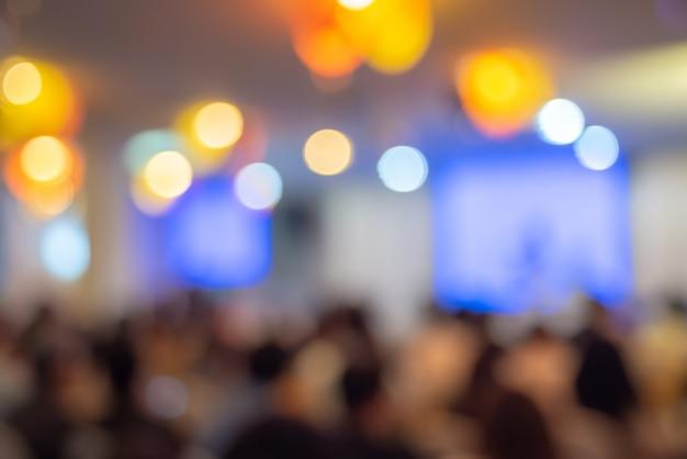 Verschwommen die teilnehmer des meetings, der konferenz und der veranstaltung auf der bühne
