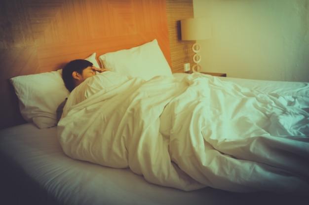Verschwommen schlafenden jungen mann, mit geschlossenen augen, schwarze haare mit verschwommenen