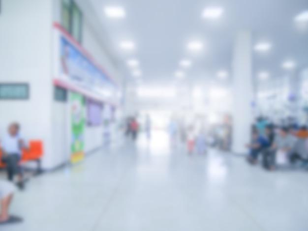 Verschwommen von unserer abteilung im krankenhaus, opd im gesundheitszentrum mit leuten drinnen