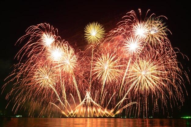 Verschwommene bewegung buntes feiertagsfeuerwerk am nachthimmel in einer feiertagsfestnacht