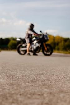 Verschwommene biker auf dem motorrad