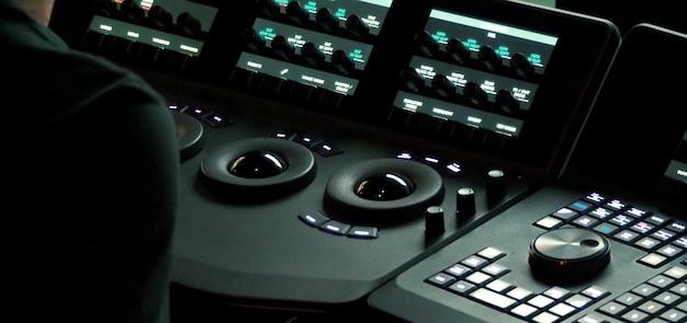 Verschwommene bilder der telecine-controller-maschine, die kinofilme in video überträgt und bearbeitet
