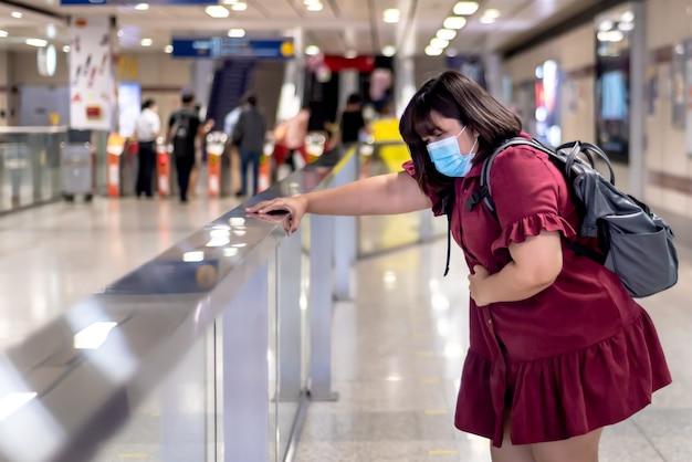 Verschwommene bilder einer asiatischen dicken frau, die bauchschmerzen hat