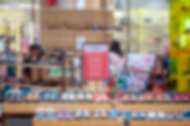 Verschwommene bilder in kaufhäusern nach weniger überfülltem coronavirus