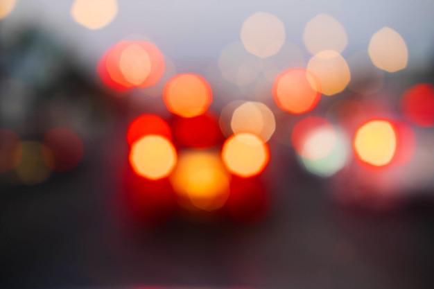 Verschwommene bilder von autos auf der straße