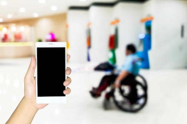 Verschwommene bilder von behinderten, die lottoscheine verkaufen