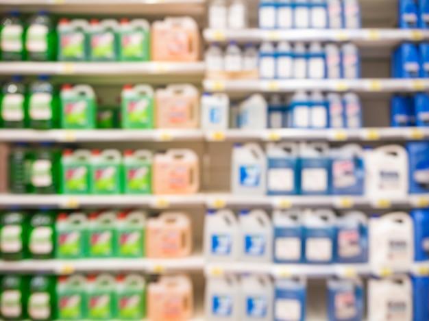 Verschwommene bunte motorölflaschen auf regalen im supermarkt als hintergrund