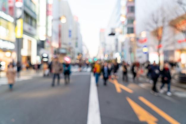Verschwommene einkaufsstraße bei shinjuku in tokio, japan