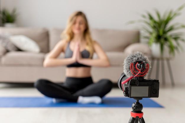 Verschwommene frau auf yogamatte