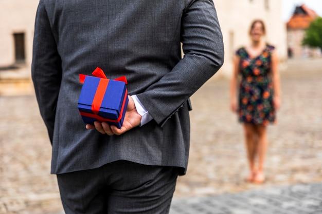 Verschwommene frau und ein geschenk für sie