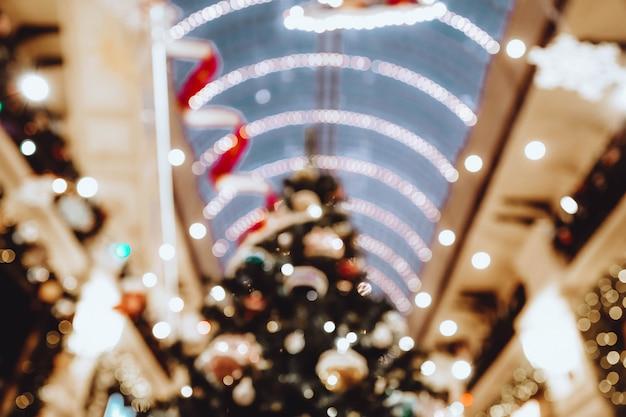 Verschwommene goldene girlande auf weihnachtsbaum defokussiert hintergrund weihnachten neujahr 2022