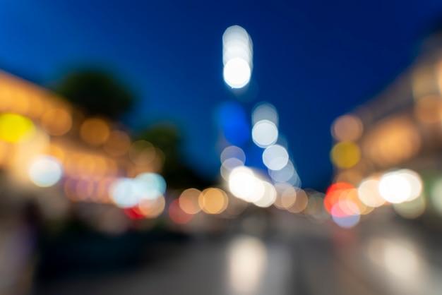 Verschwommene lichter der stadt, die einen schönen bunten bokeh-lichterhintergrund bilden - grafische elemente.