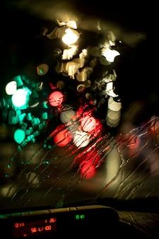 Verschwommene nachtlichter in der stadt